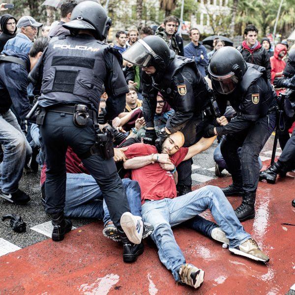 Carregues a l'escola Ramon Llull el dia del referèndum de l'1 d'octubre / Victor Serri